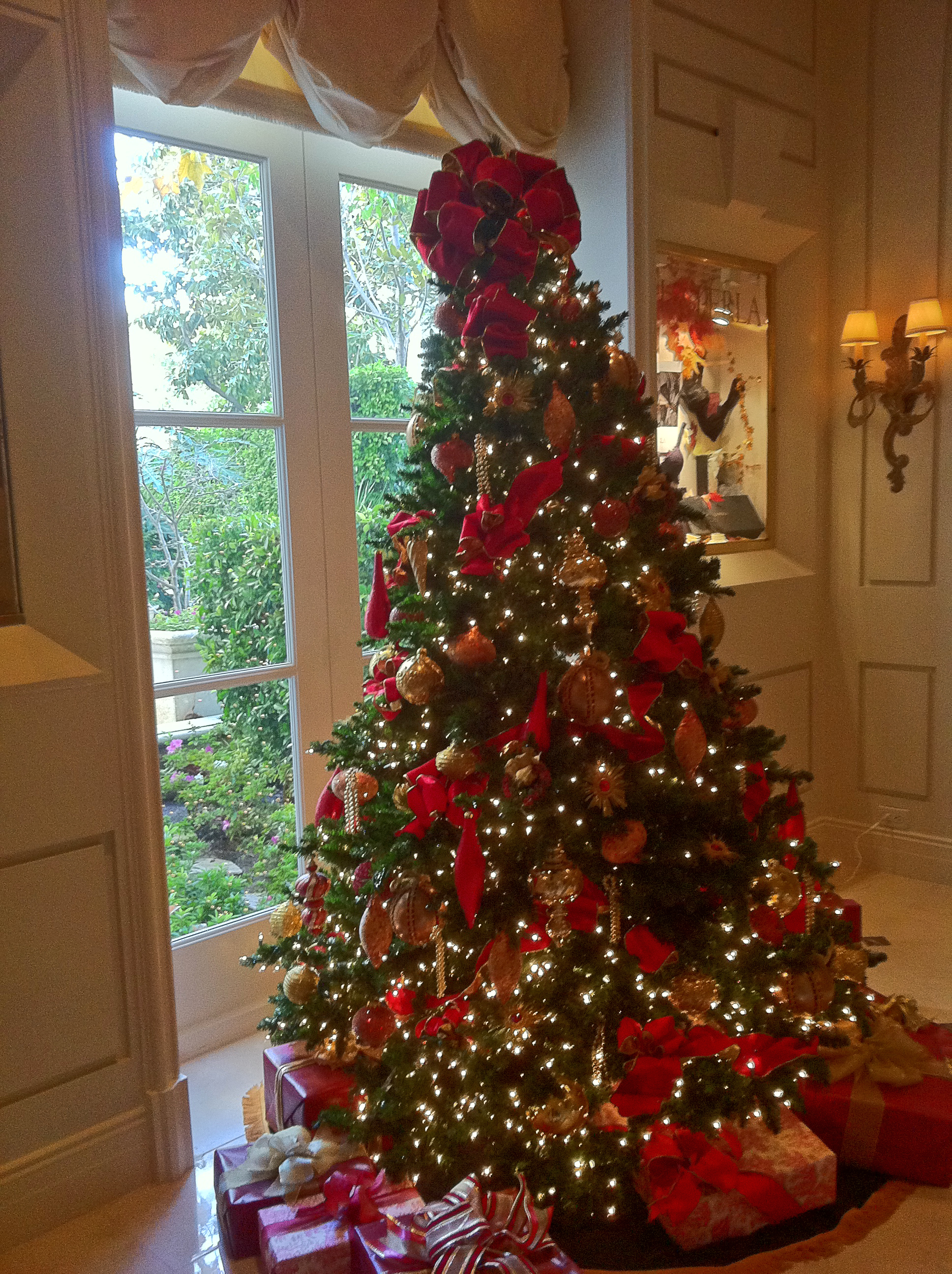 The beverly hills mom red and gold beribboned christmas for Red gold christmas tree decorating ideas